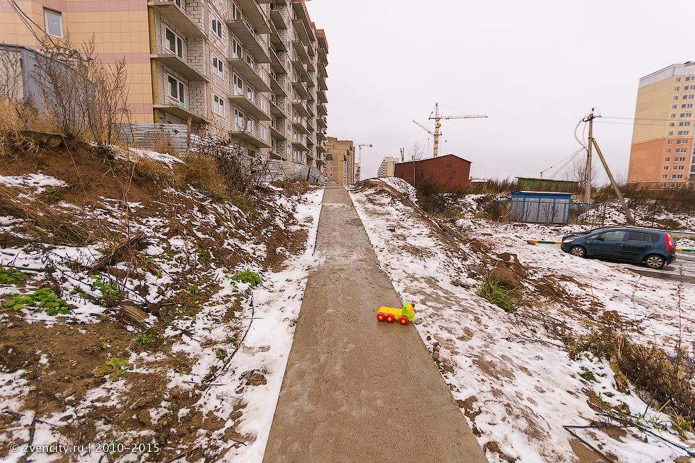 Восточный-3 — тротуар и дорога к жилым домам через стройку