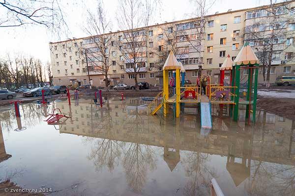 Бассейн или детская площадка?