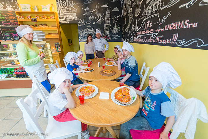 Юные пицеолы в пекарне