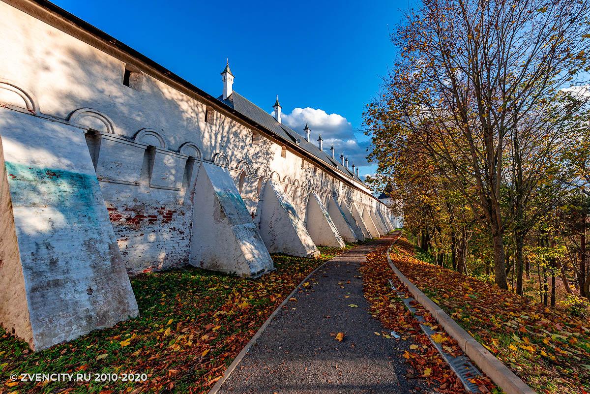 По дорожке вдоль монастыря
