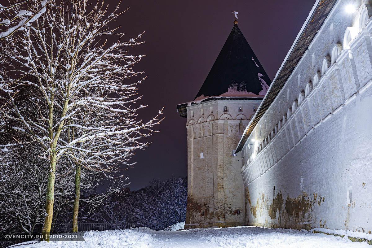 У стен монастыря 2021