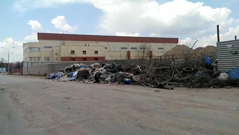 Свалка мусора в микрорайоне Восточный