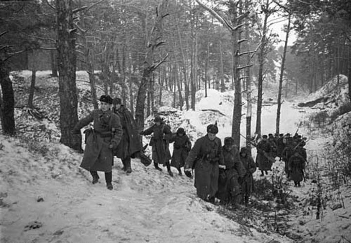 Бронебойщики выходят на огневую позицию в районе Звенигорода