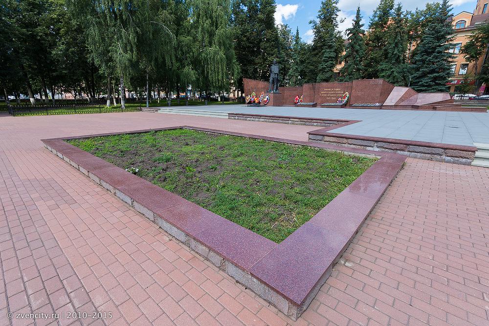 Клумбы у Мемориалы Славы выглядят заброшенными