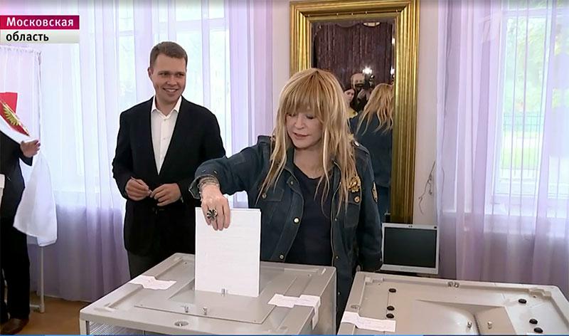 Алла Пугачёва и Максим Галкин проголосовали в Звенигороде