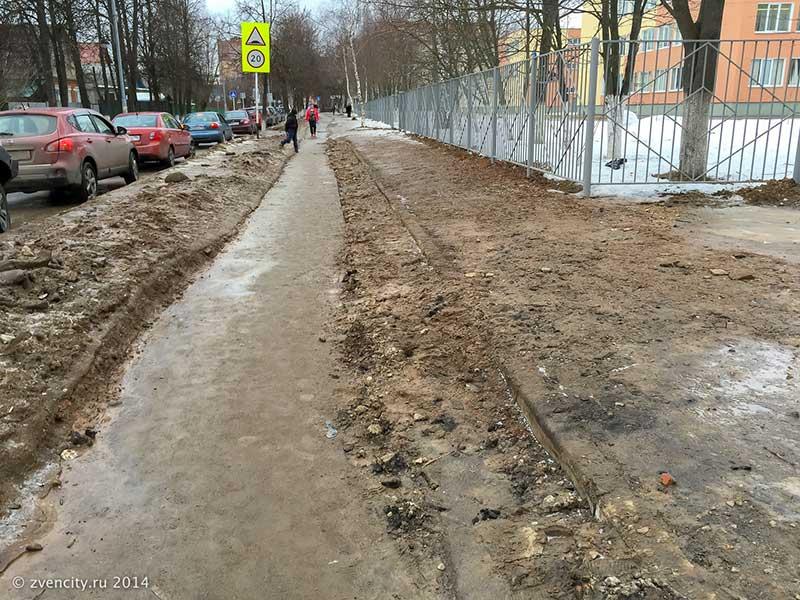 Московская улица против тротуаров Звенигорода