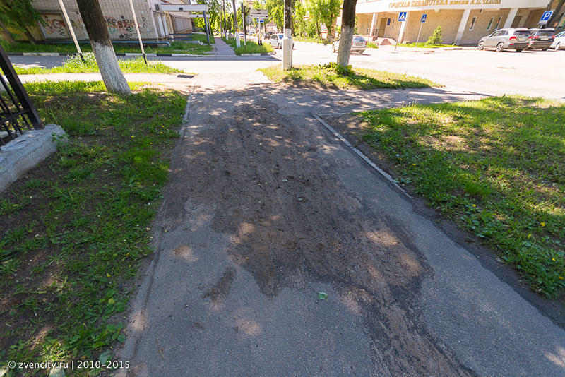 Ложка дёгтя на тротуаре у ДДТ